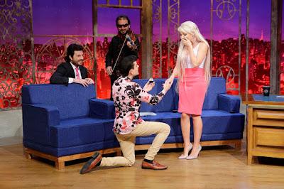 """Dudu pede a """"Barbie Humana"""" em namoro (Crédito: Gabriel Cardoso/SBT)"""
