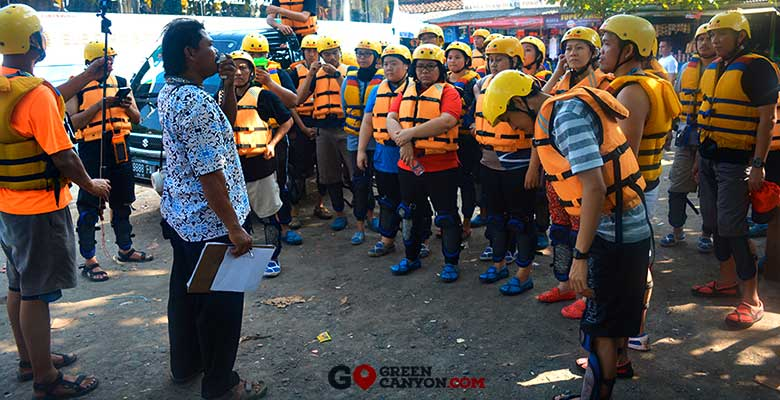 persiapan dan briefing untuk body rafting di green canyon