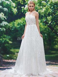 'église de toutes tailles avec décolleté printemps automne sur la robe de mariée de jardin. w