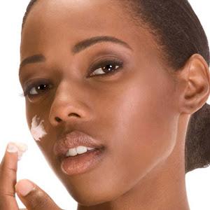 Soin des peaux noires et métissées : Comment prévenir les points noirs sur le visage ?