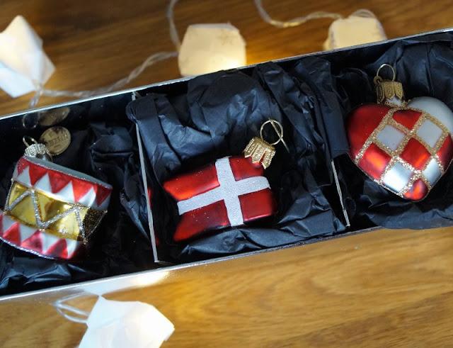 Die Nissedør: Unsere dänische Wichteltür (+ Verlosung). Der Wichtel kann auch Geschenke bringen: Zum Beispiel Weihnachtsbaumanhänger mit dem Motiv der dänischen Flagge aus dem fejo Shop.