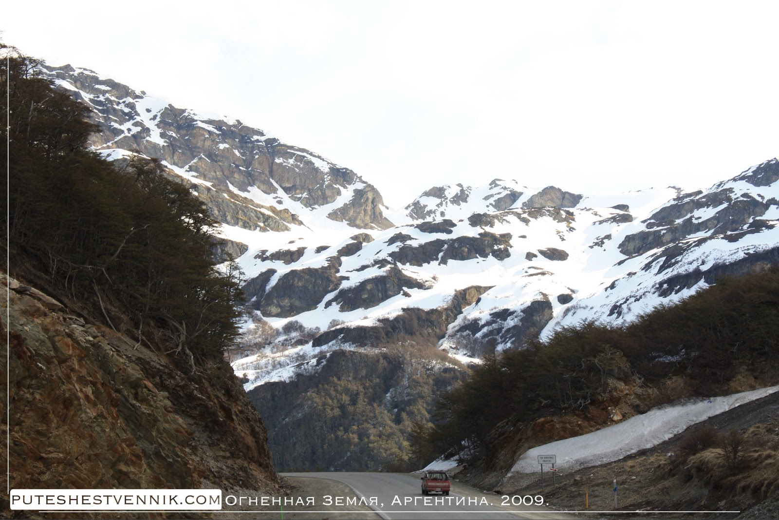 Джип на дороге и гора со снегом
