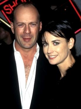 Foto de Demi Moore sonriendo junto a Bruce Willis