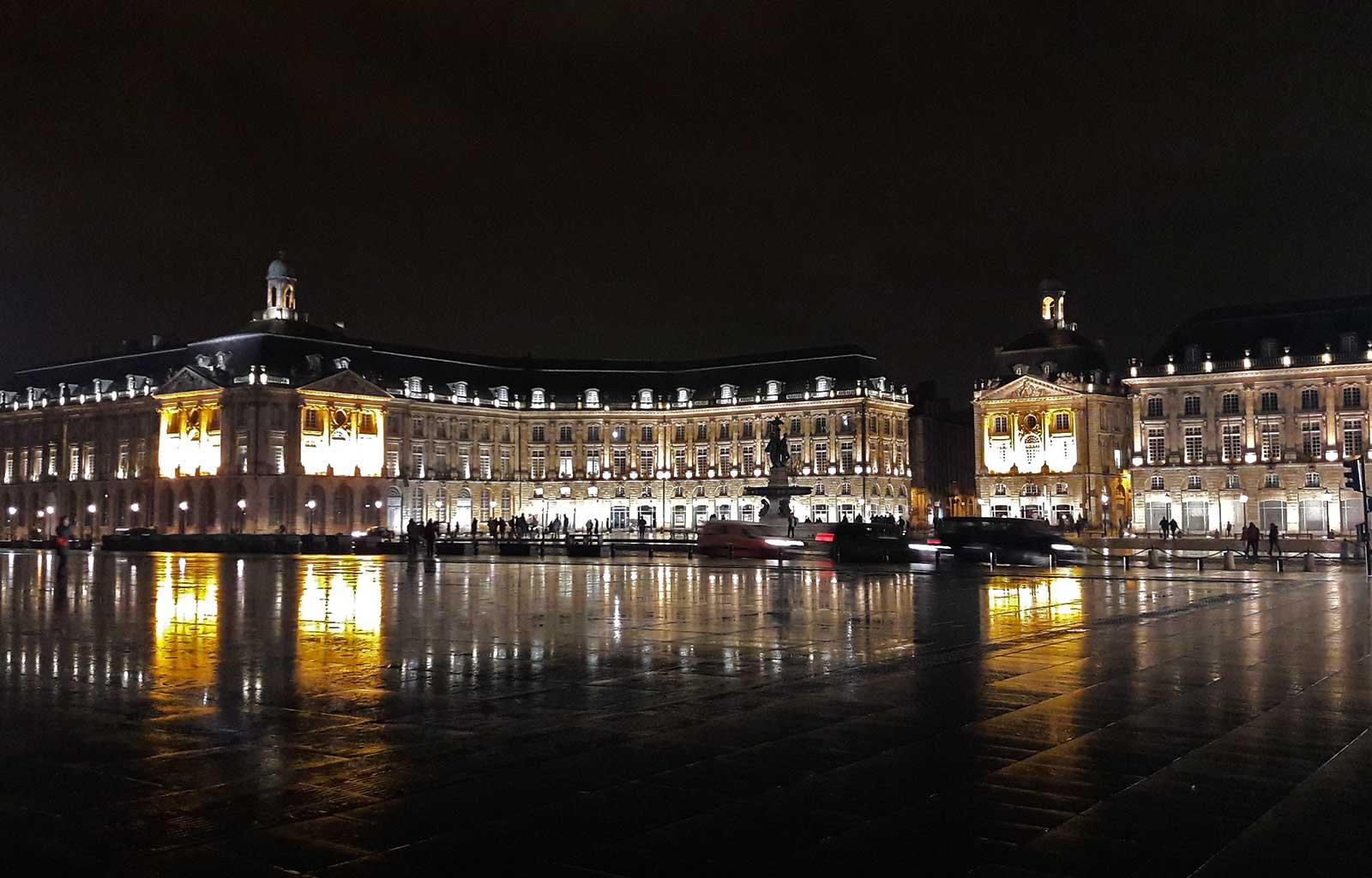 Bordeaux Place de la bourse miroir d'eau de nuit