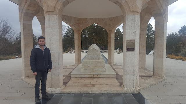 Harun İstenci Yunus Emre'nin Anıt Mezarı başında...