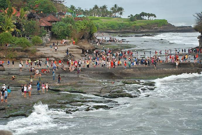 Turistas en el templo Tanah Lot