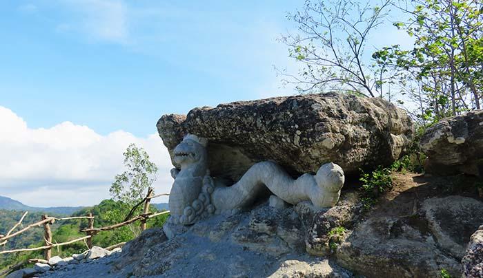 Watu Payung dengan Ornamen Naga