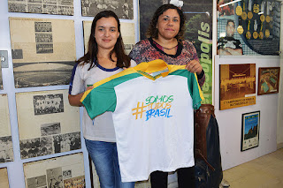 Ana Clara com a coordenadora pedagógica Daniela Duarte: aluna exemplar