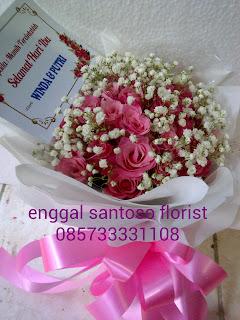 rangkaian buket bunga tangan mawar pink babybreath model bulat