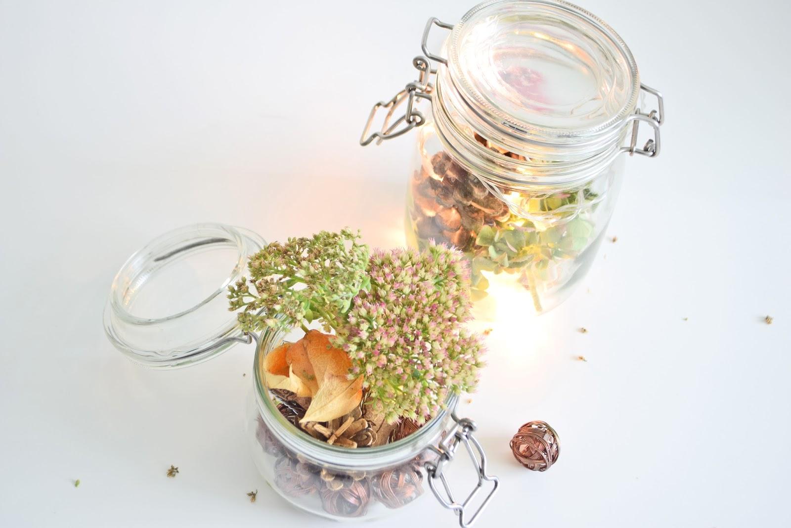 suszone kwiaty w słoiku