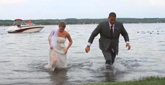 Η νύφη και ο γαμπρός βγαίνουν από το νερό. Προσέξτε τώρα το νυφικό μόλις φτάνουν στην Ακτή!