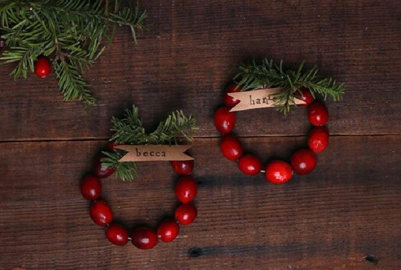 segnaposto natalizi con bacche rosse