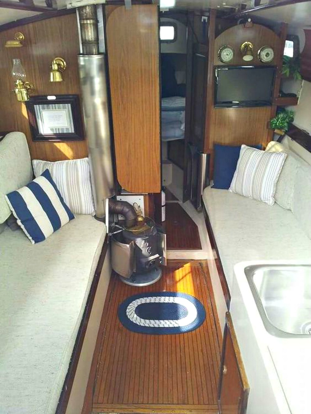 1960s Grampion Sailboat Interior | @danslelakehouse