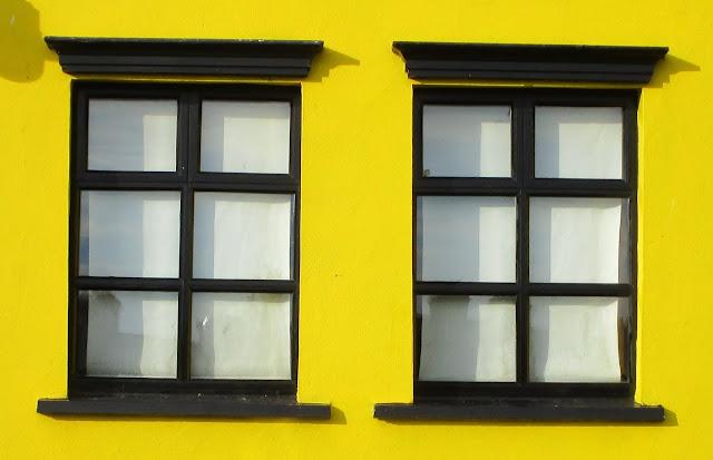 keltainen seinä, mustat ikkunanpuitteet