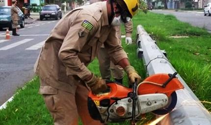 Bombeiros encontram corpo dentro de poste após forte odor no local