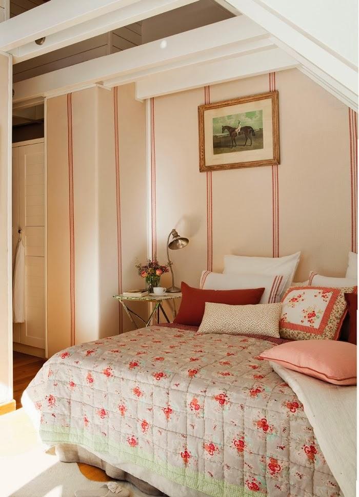Śliczne, nieduże mieszkanko na poddaszu, wystrój wnętrz, wnętrza, urządzanie domu, dekoracje wnętrz, aranżacja wnętrz, inspiracje wnętrz,interior design , dom i wnętrze, aranżacja mieszkania, modne wnętrza,styl klasyczny, styl francuski, musztardowe dodatki, mieszkanie ze skosami, mieszkanie na poddaszu, sypialnia