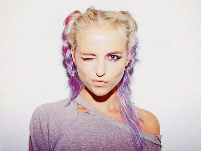 Cantora Kyla la Grange cabelo colorido