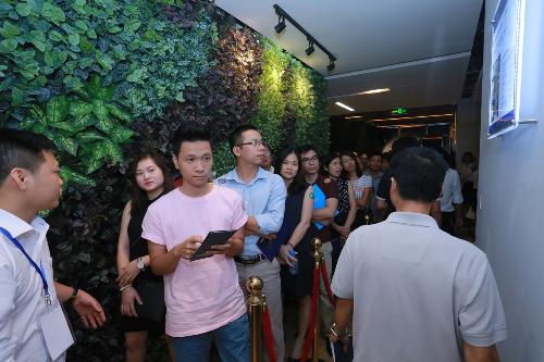 Khách hàng tham quan nhà mẫu Rivera Park Hà Nội