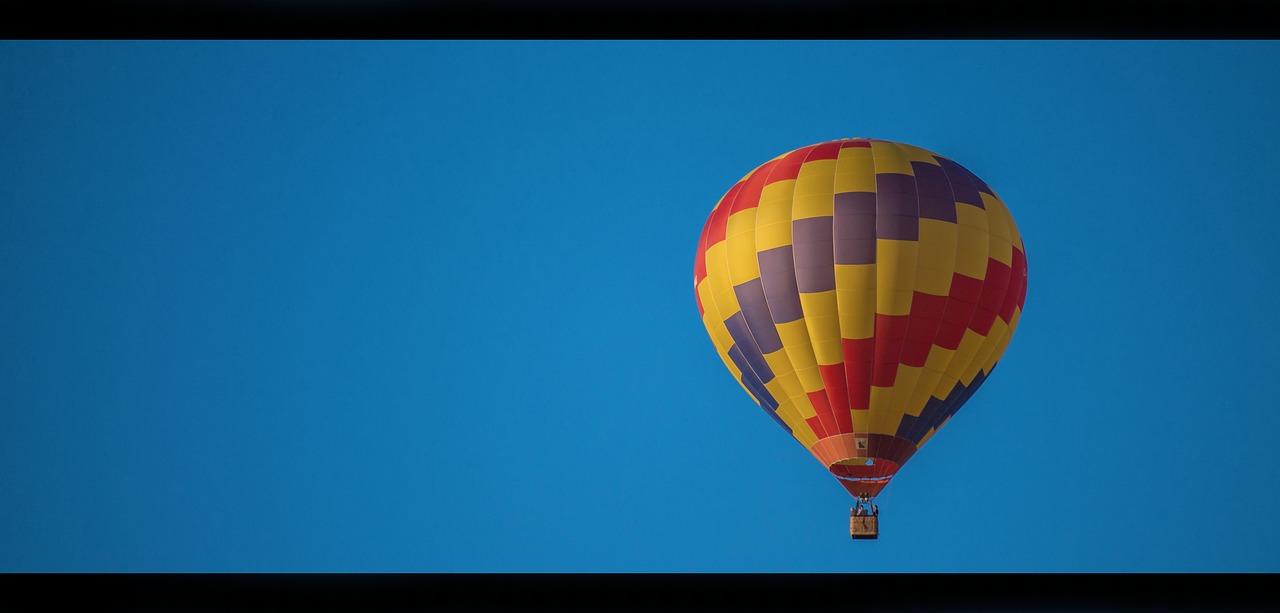 gambar balon udara yang diambil dari jauh