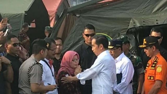 Isak Tangis Orang Tua Korban Lion Air di Depan Presiden