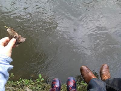 deux paires de pieds et une rivière