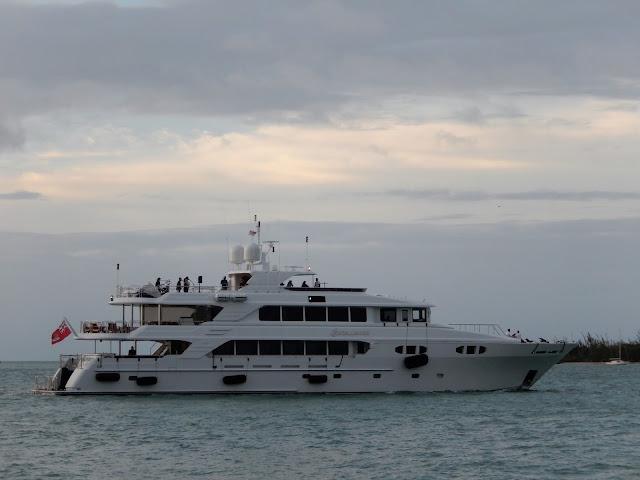 Yate de lujo con grupo musical a bordo navegando en la puesta de solo