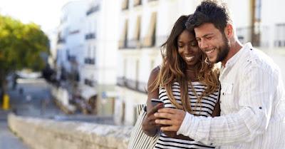 cuplu cu un telefon în mână - imagine preluată de pe crosswalk.com