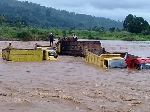 Dump truk pengangkut pasir dan batu yang terjebak luapan sungai Pinangsori.
