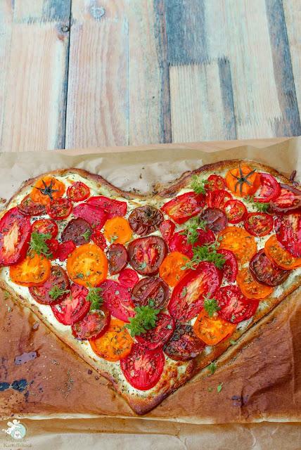 Pizzaherz mit frischen Tomatenscheiben