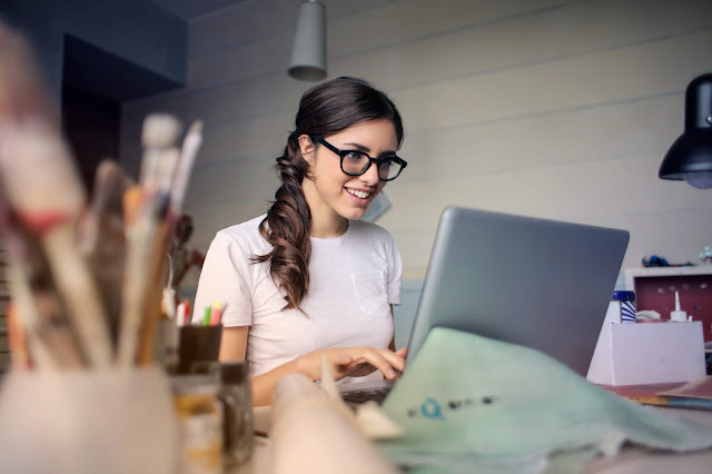 woman making money online with no effort