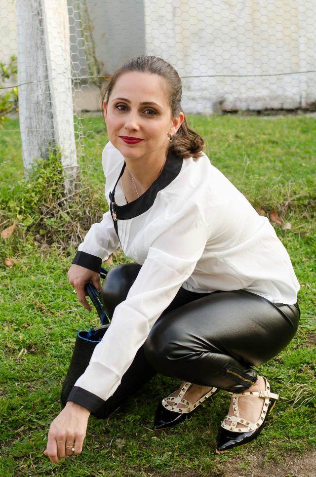 Camisa branca e preta, calça de couro, sandália Valentino inspired