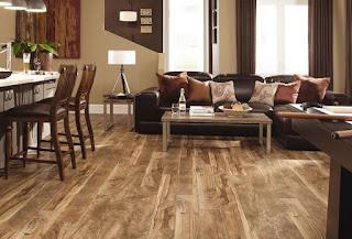 pemasangan lantai kayu vinyl di ruang keluarga