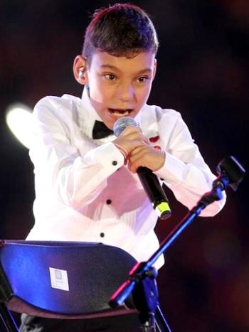 Foto de Adrián Martín Vega cantando en Teletón