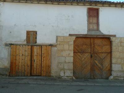 puertas carreteras con puertecillas de pajar por encima de ellas