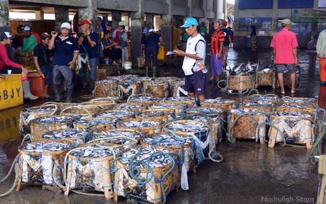 Mencatat hasil timbangan ikan di Pasar Ikan Brondong, Lamongan