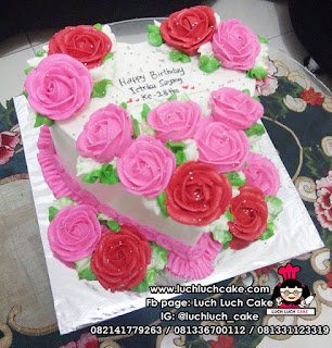 Kue Tart Buttercream Bunga Bentuk Hati Love