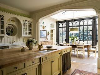 Окна из дерева с готическими мотивами