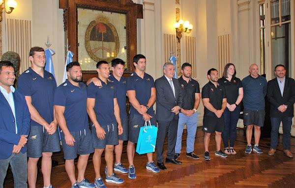 Morales recibió a los planteles de Argentina XV y Canadá