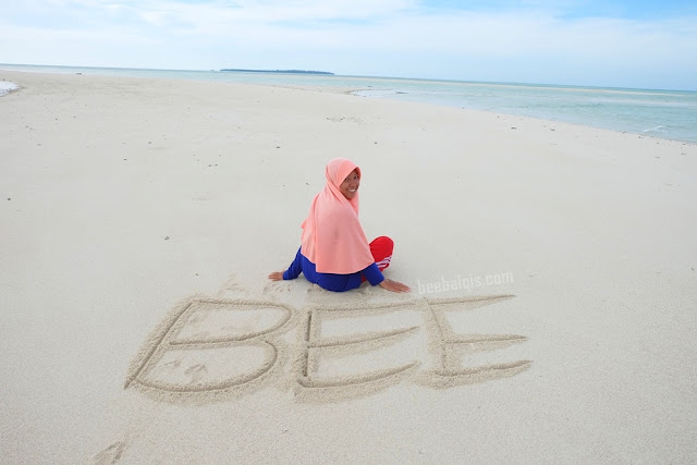 Jilbab Travel Blogger in Derawan Island