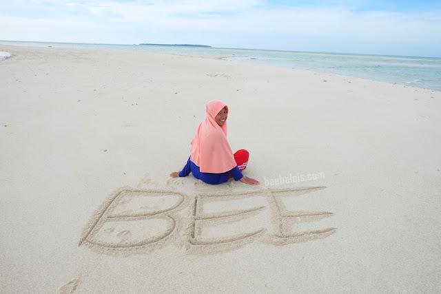 Jilbab Travel Blogger in Derawan Island