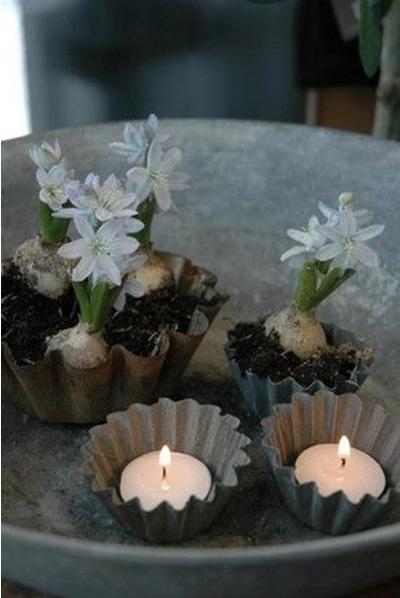 Gunakan cetakan kue sebagai vas bunga atau sebagai tempat lilin, sama bagusnya.