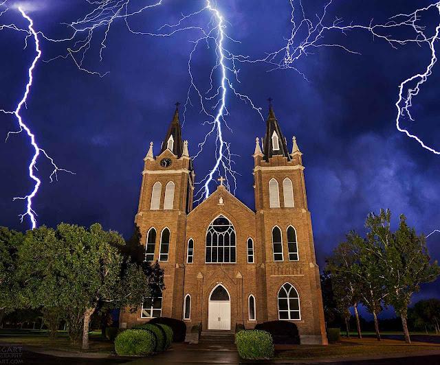 Raios sobre a igreja católica da Santíssima Trindade, Schwertner, Texas, 17-07-2014.