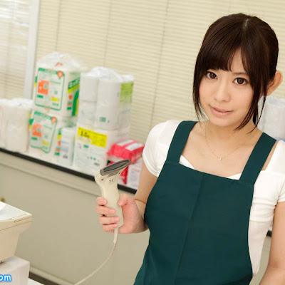 Chị gái Kurumi Chino bán bao cao su trong siêu thị