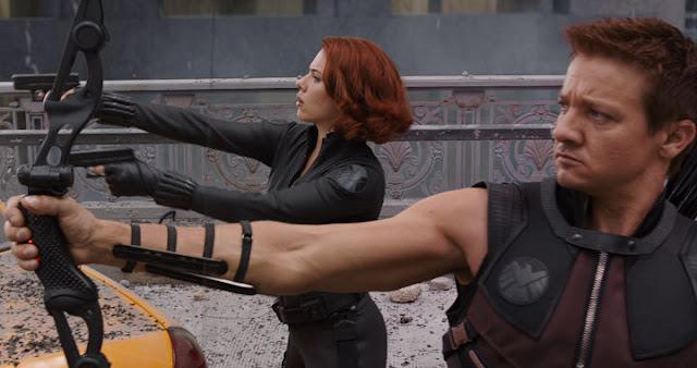 Jeremy Renner junto a Scarlett Johansson