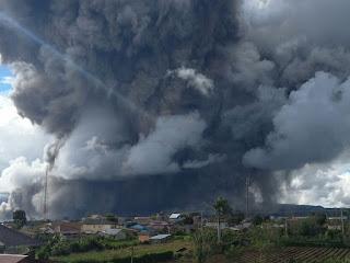 <b>Gunung Sinabung Kembali Muntahkan Awan Panas Sejauh 4,6 Km</b>