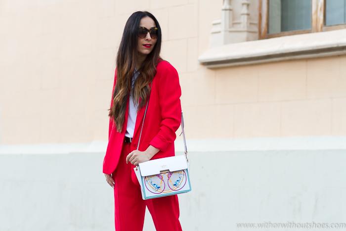 Look cómodo y molón Traje rojo chaqueta blazer casual oversize y bolso sneakers Tosca BLu