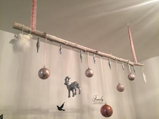 Weihnachtlich dekorierter Ast