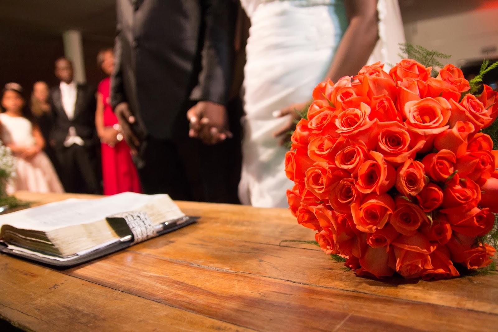 historia-amor-fe-cerimonia-noivos-bouquet-biblia