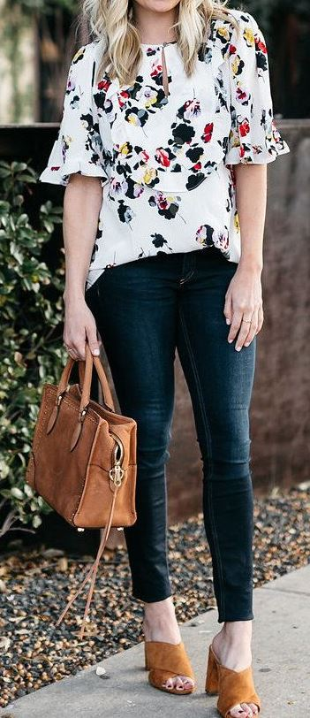 what to wear with a floral blouse : bag + skinny jeans + sandals
