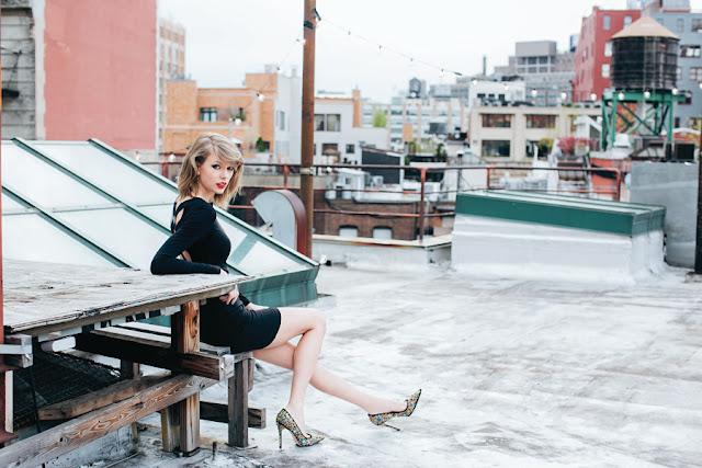 Taylor Alison Swift conocida como Taylor Swift, es una compositora y cantante estadounidense. Criada en Wyomissing, Swift se mudó a Nashville a la edad de 14 años para seguir una carrera de música country.